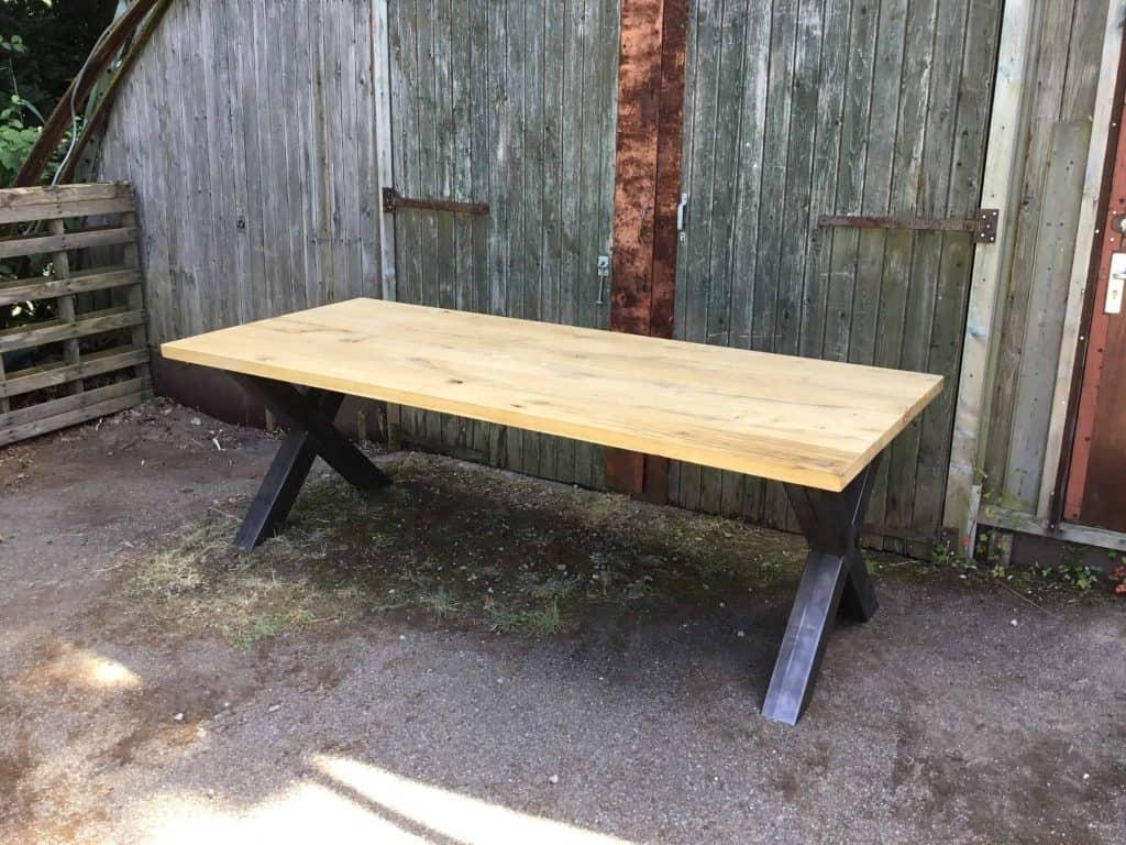 Eiken tafel met industriële stalen X-poot vanaf € 595,-