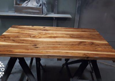 Appelhouten tafelblad afgewerkt met epoxy