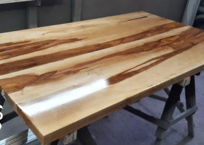 Perenhouten tafelblad afgewerkt met epoxy