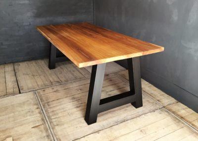 Iepen houten tafel met stalen A-poot afgewerkt met natuurlijke olie