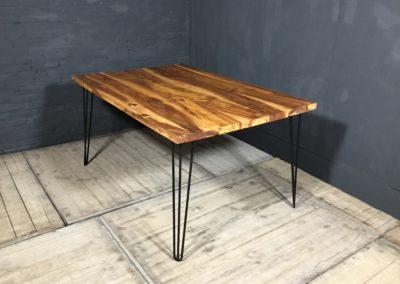 Epoxy tafel van appelhout met matte afwerking op stalen hairpin poten