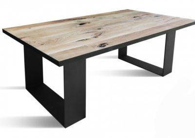 Eiken tafel met zwarte rand en U-poten van plaat staal vanaf € 695,-