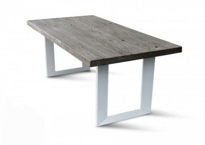 Massief eiken tafel met rechthoekige witte U-poten. Vanaf € 595,-