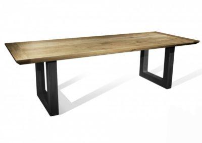 Schitterende massief eiken tafel met kopbalk en schuine kant met zwarte U-poten van staal. Vanaf € 695,-