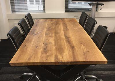 Super mooie vergadertafel. Eiken boomstamtafel 240x120 cm met extra grote X-poten € 1295,- Afwerking met natuurlijke olie.