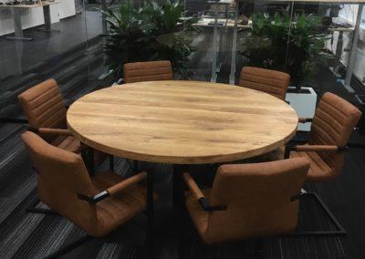 Ronde massief eiken vergadertafel.