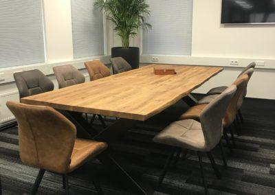 Vergader tafel van massief eiken met een boomstamrand.