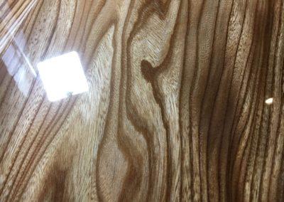 Detail van een iepen epoxy tafel.