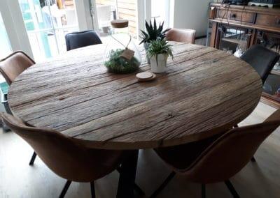 Grote ronde tafel van ruig oud eiken met spinpoot