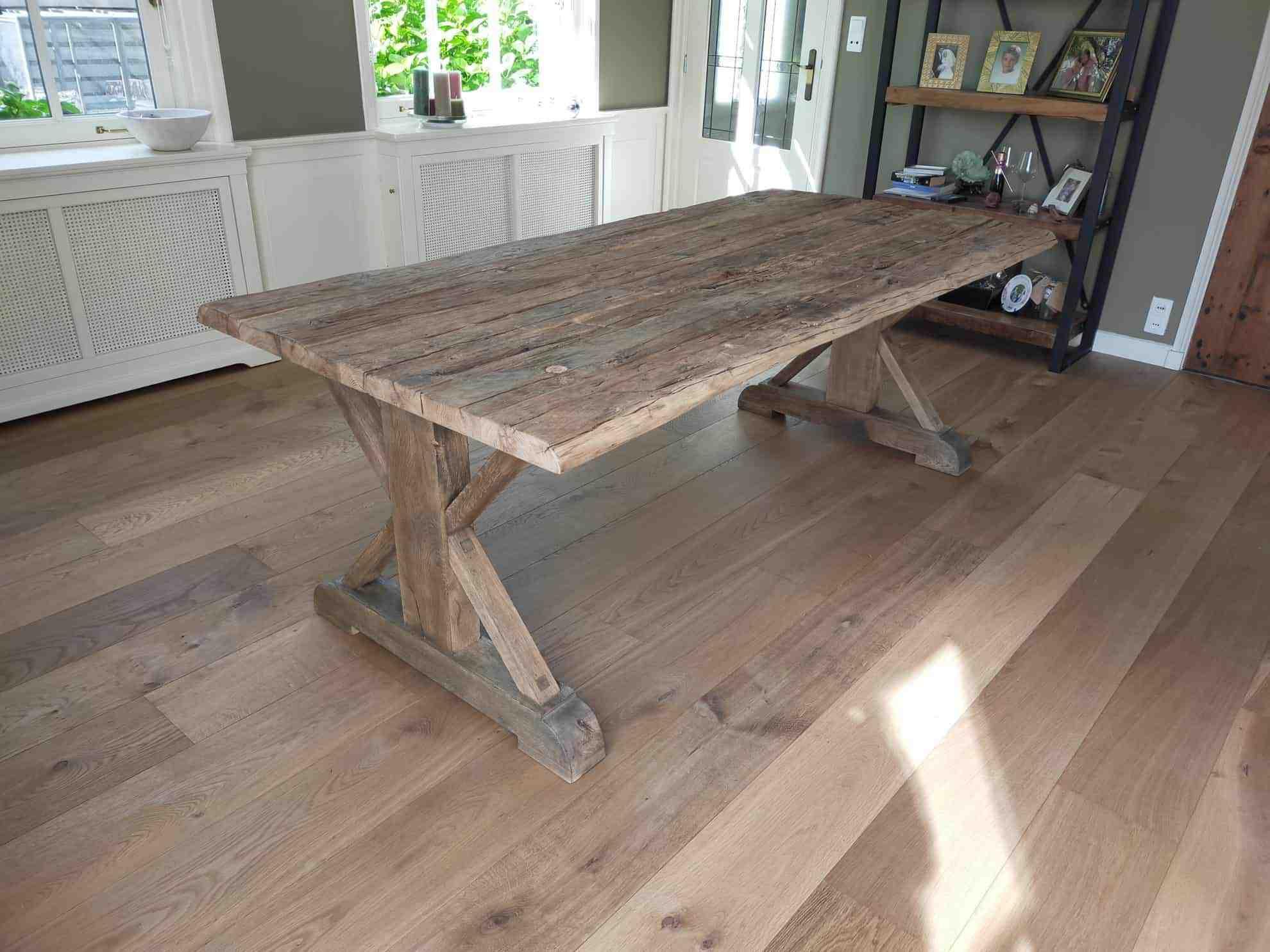 Robuust oud eiken kasteeltafel. 210x100 cm. Afwerking matte lak.