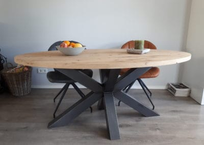 Ovale eiken tafel met matrixpoot