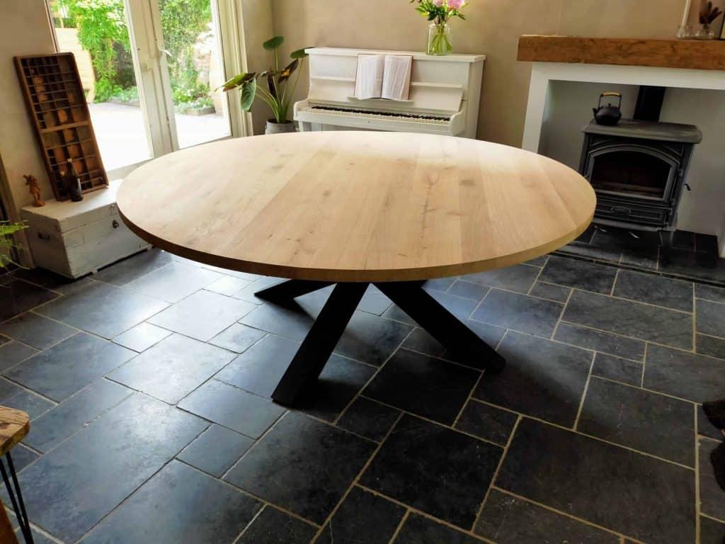 Ronde tafel met diameter van 2 meter met xxl spinpoot. Afwerking geschuurd en matte lak