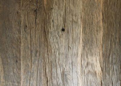 Geborsteld ruig oud eiken afgewerkt met matte lak
