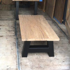 Oud eiken salontafel met stalen A poot