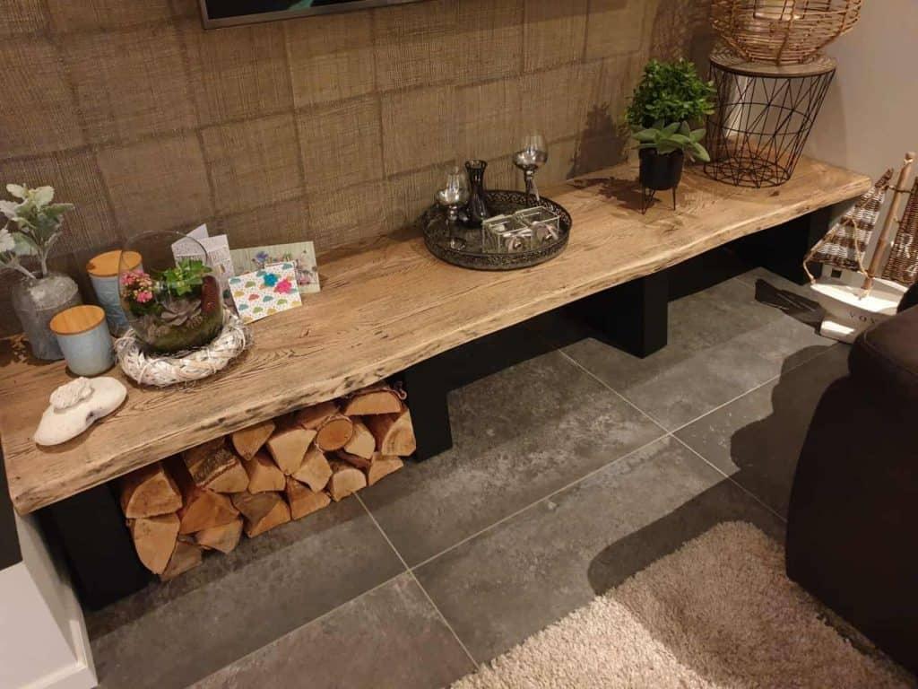 Side table van eiken boomstam tafelblad met black wash behandeling