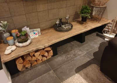Side table van eiken boomstam tafelblad met black wash behandeling
