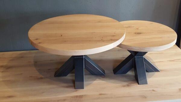 Set ronde eiken salontafels met stalen spinpoten.