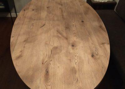 Ovale eiken tafel met blackwash afwerking