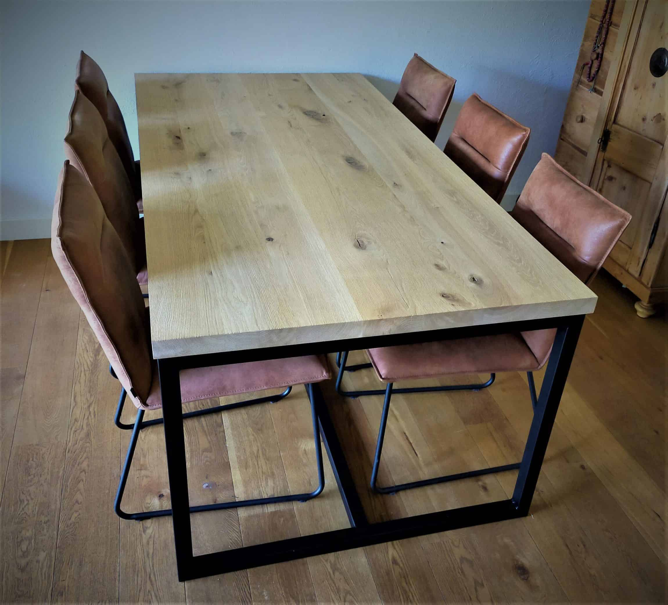 Rustiek eiken op tafelframe. Afwerking: geborsteld met matte lak. 2x1m