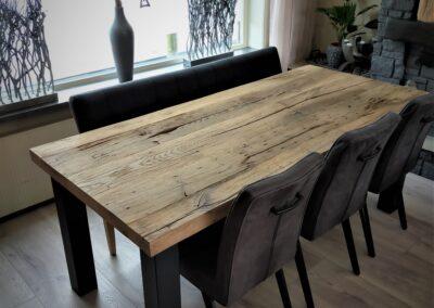 Oud eiken tafel met stalen hoekpoten