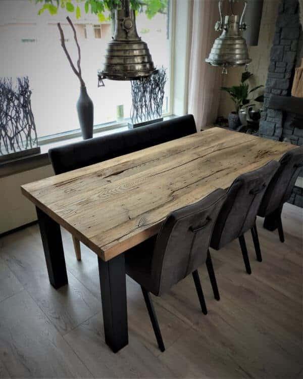 Oud eiken tafel met stalen hoekpoten. Afwerking: geborsteld matte lak. 200x90x6 cm