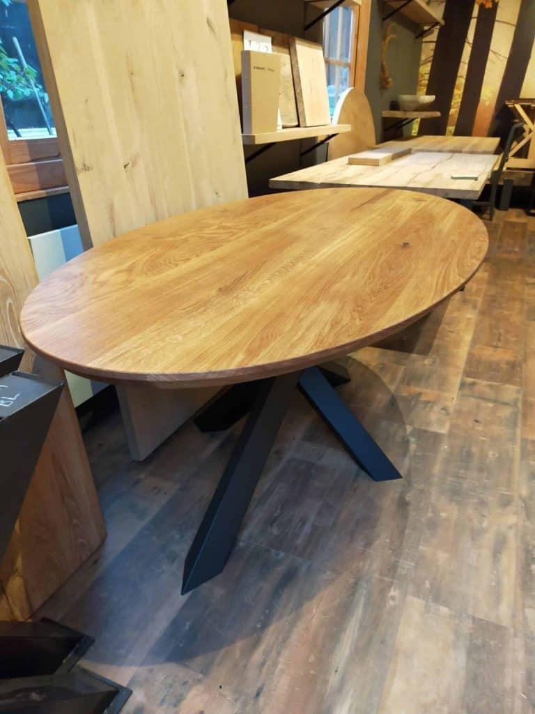 Ovale eiken tafel met verjongde rand met naturel olie afgewerkt