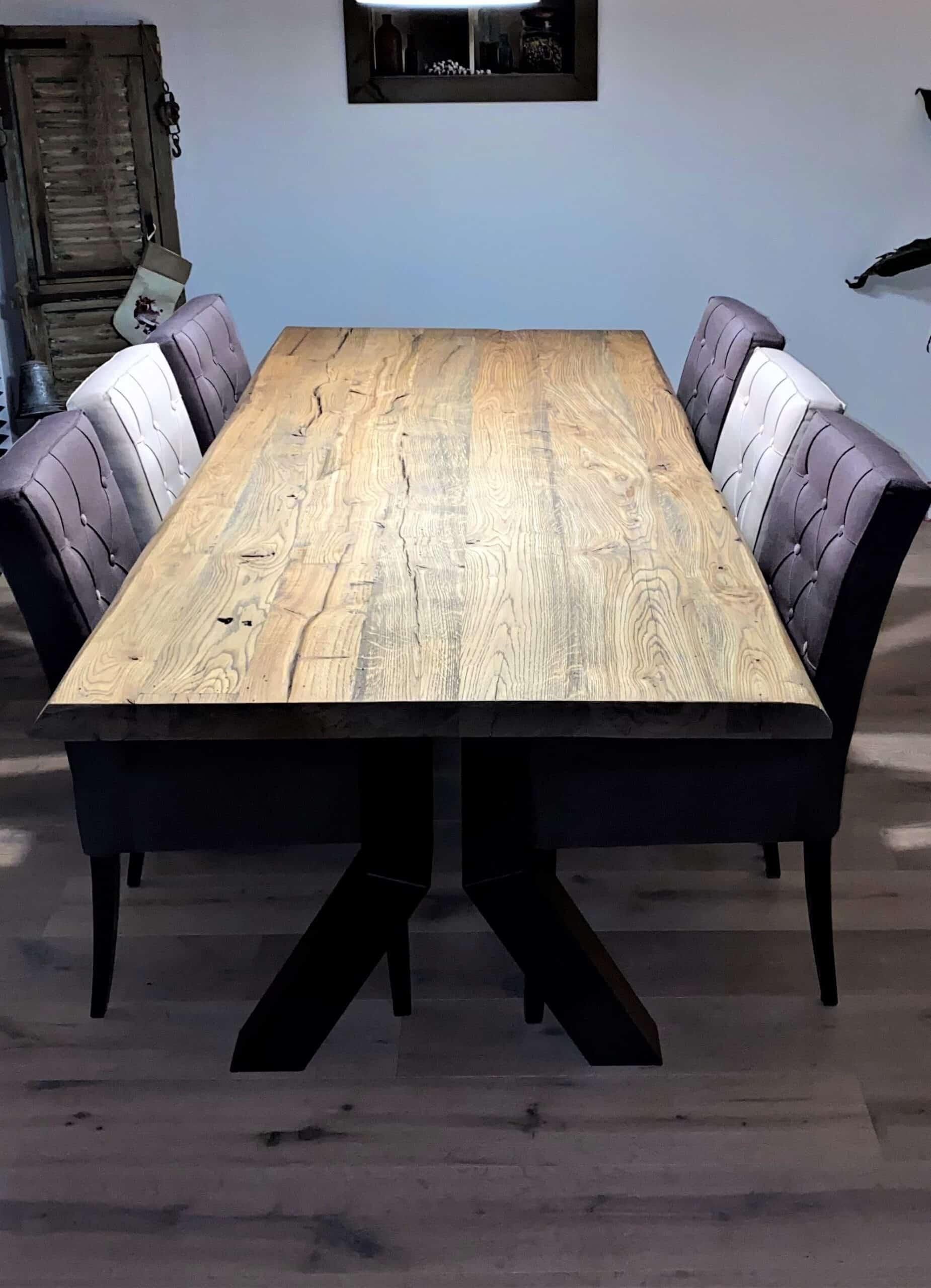 Geschaafd oud eiken tafel. Afwerking geborsteld antiek rustiek en matte lak.