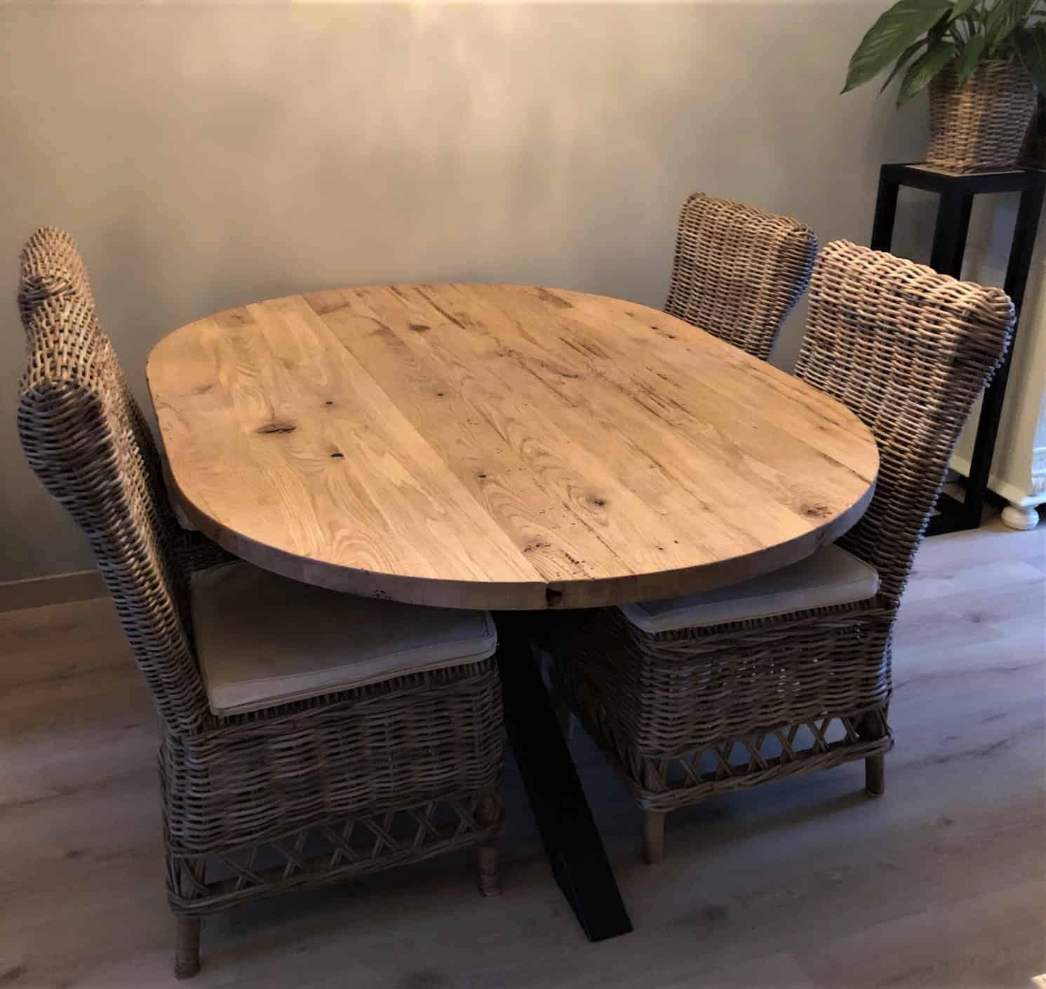 Geschaafd oud eiken recht ovale tafel met matrixpoot