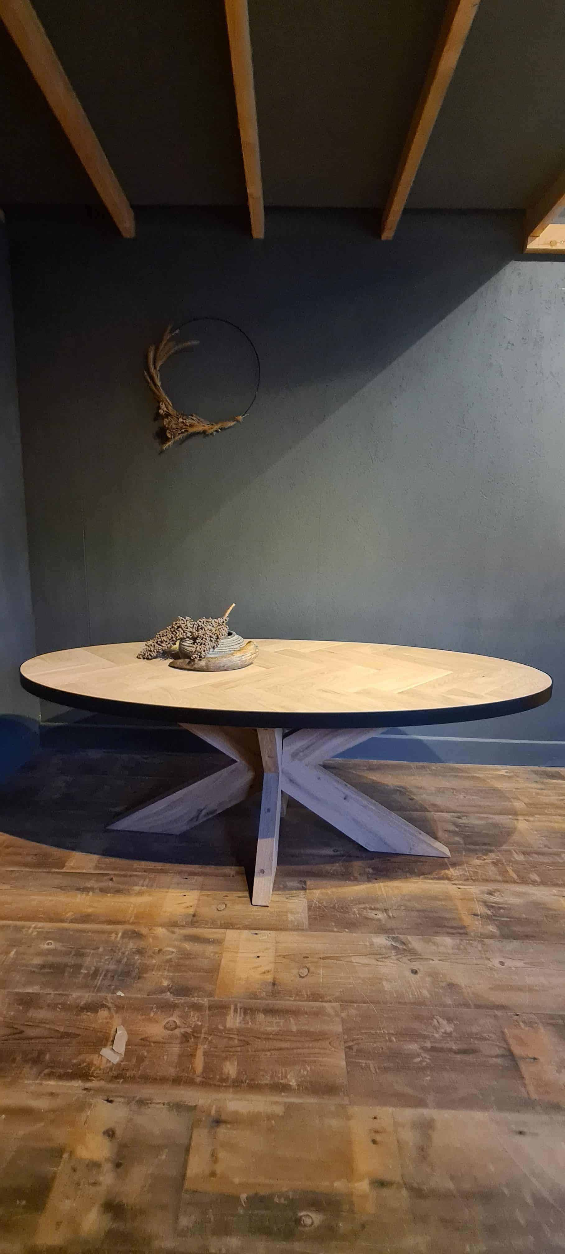 Ovale visgraat tafel met stalen rand.