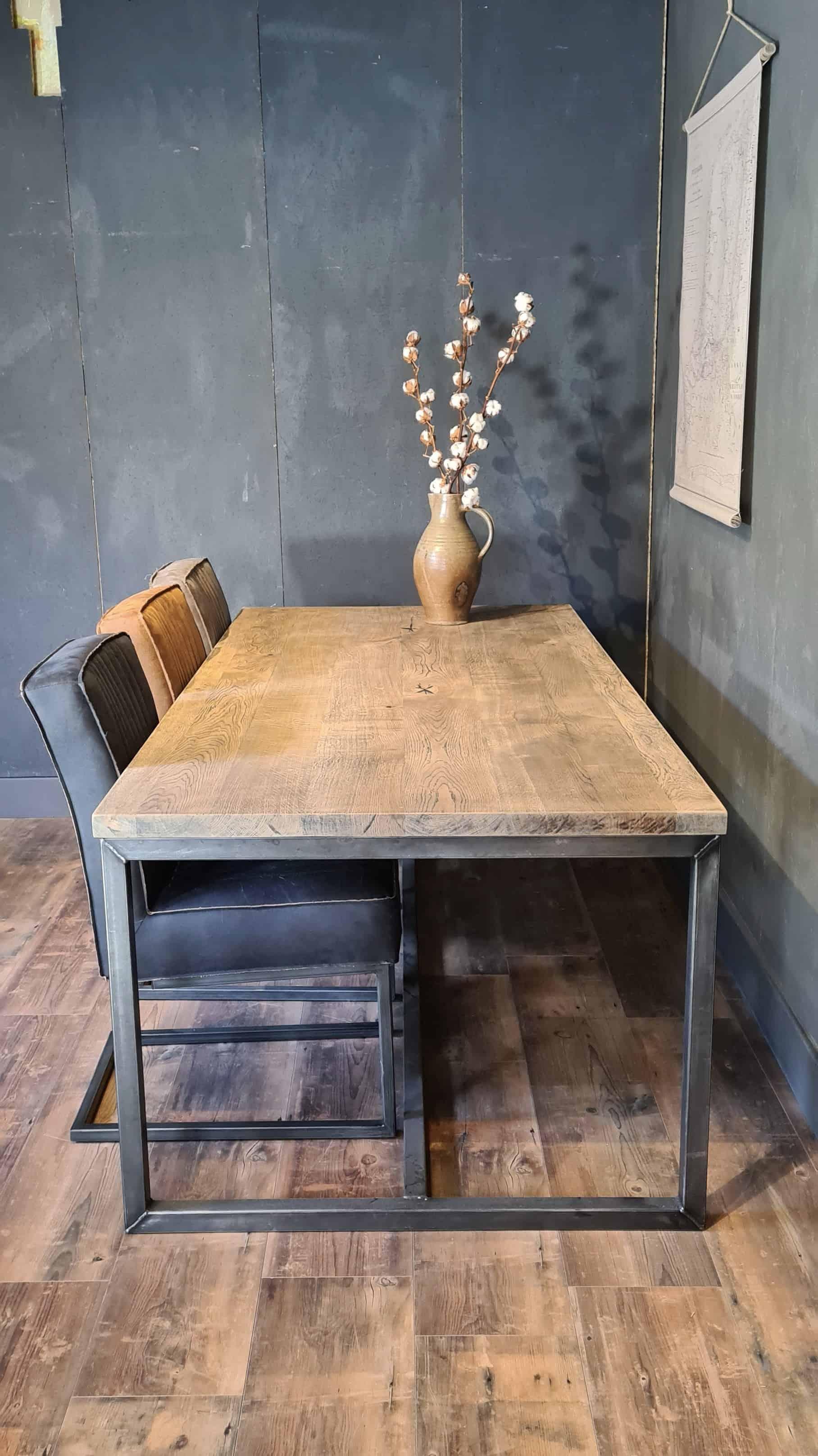 Rustiek eiken tafel op tafelframe met blackwash afwerking