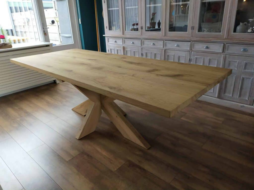 Eiken tafel met eiken matrixpoot 240x100 cm Afwerking geschuurd en matte lak