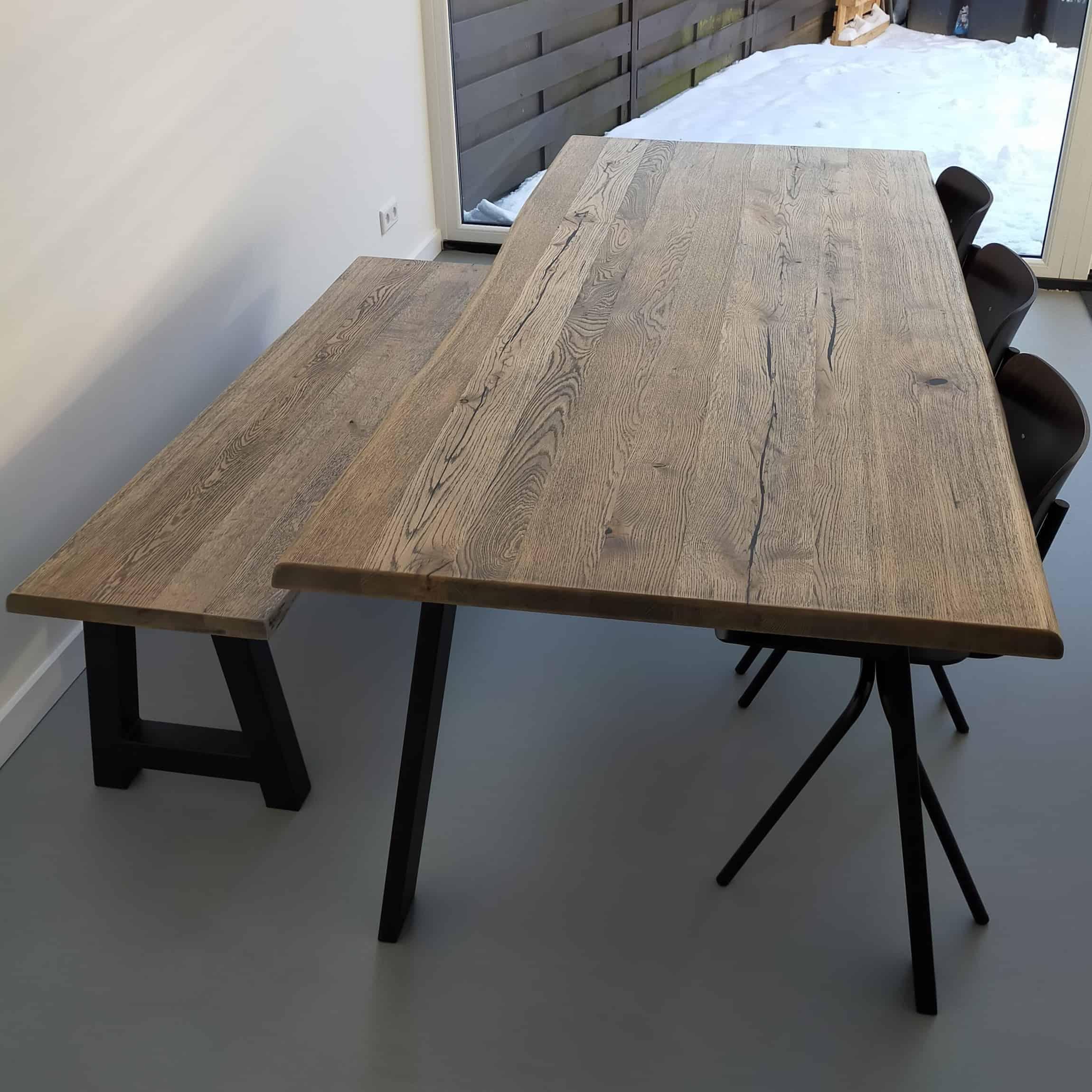 Rustiek eiken tafel met blackwash afwerking.