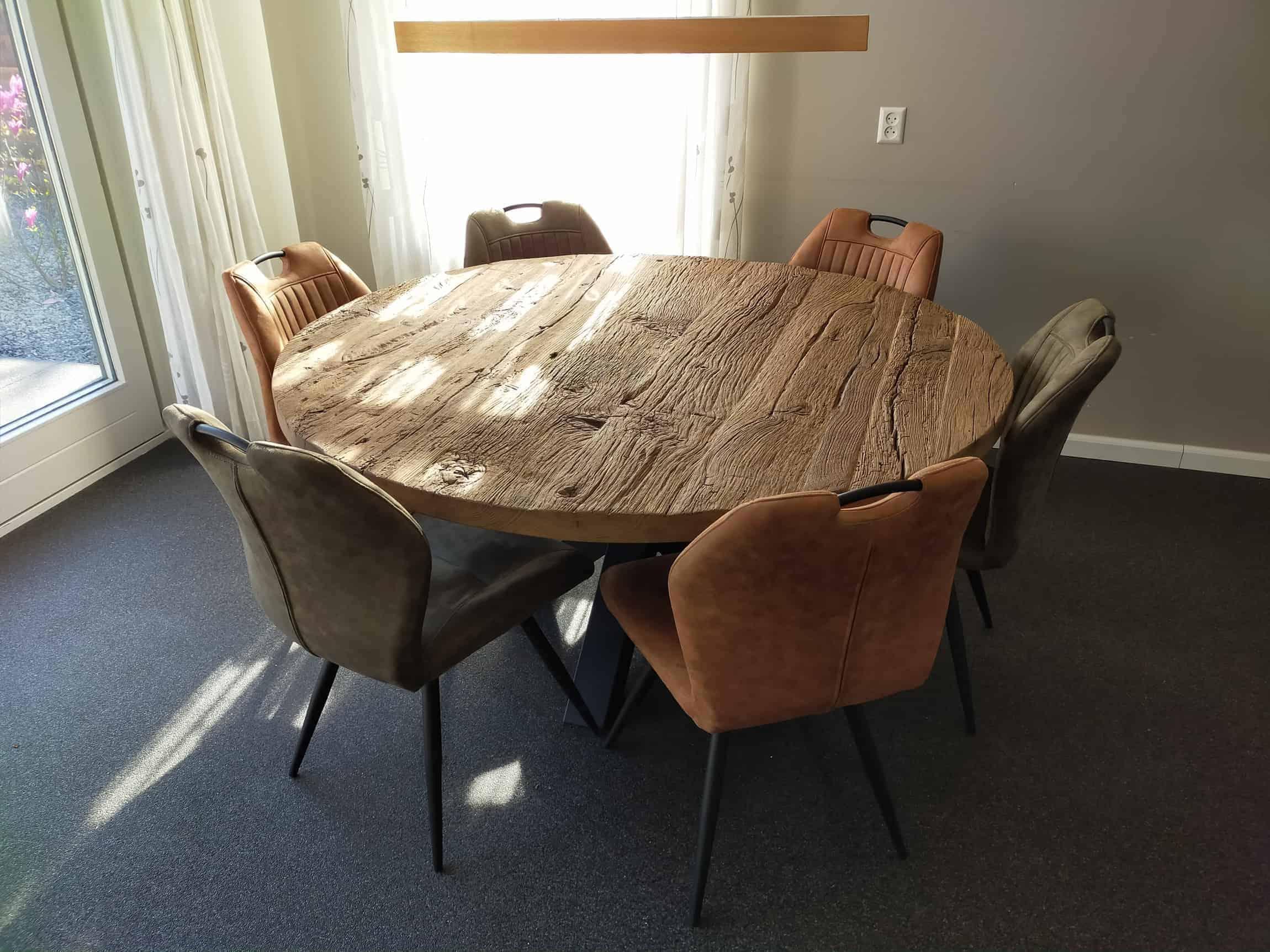 Ronde robuust oud eiken tafel diameter 160 cm met stalen spinpoot. Afwerking; geborsteld en matte lak.