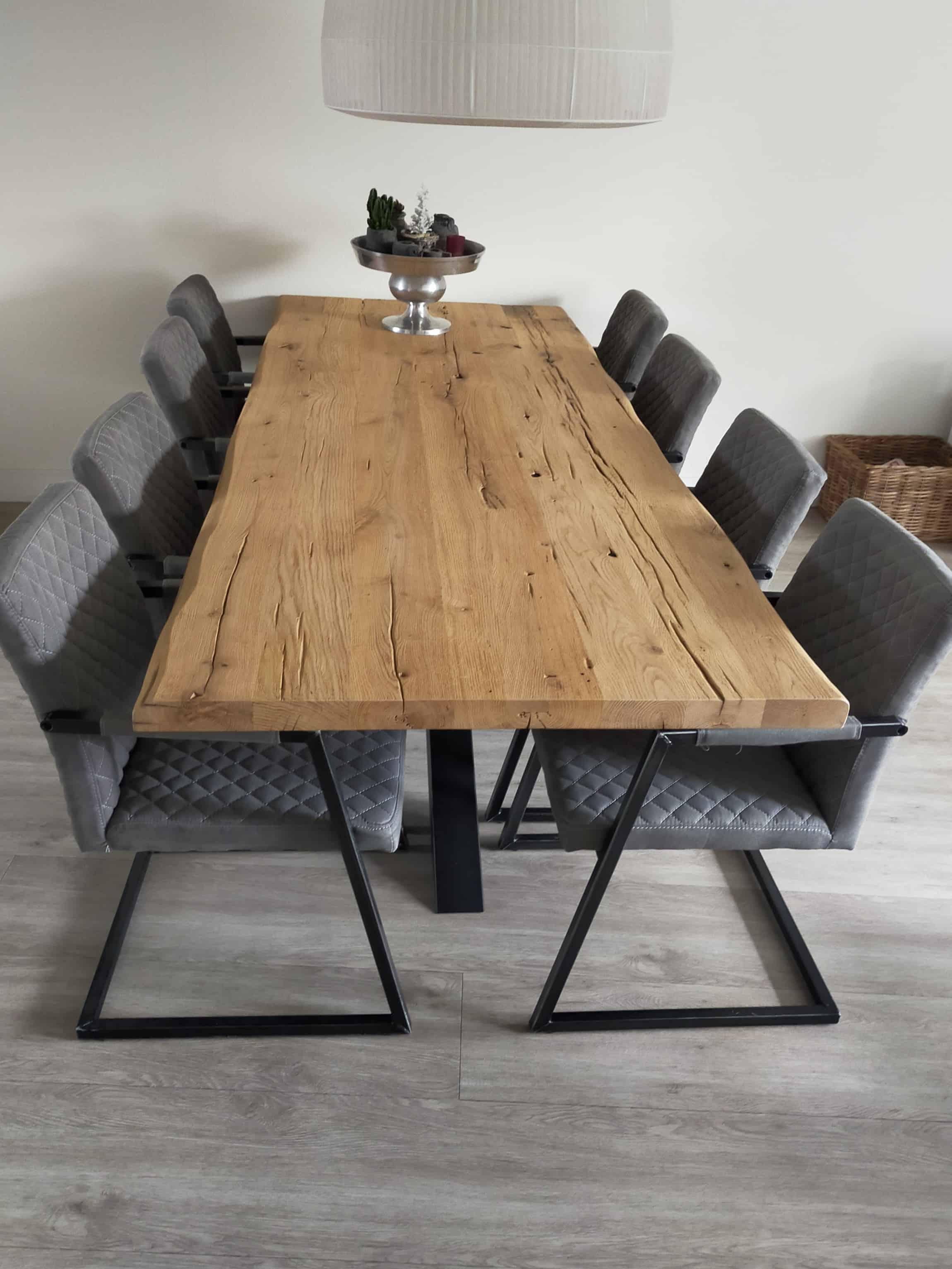 Geschaafd oud eiken tafel, afwerking: geborsteld en matte lak. afmeting: 260x100x5 cm