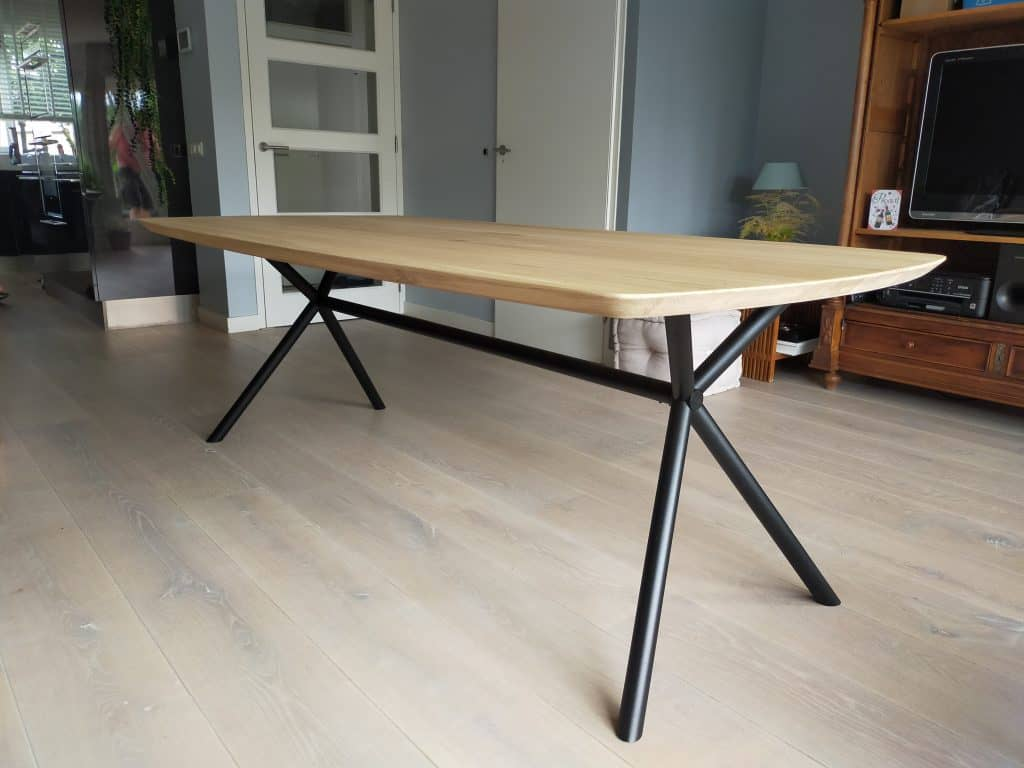 Deens ovale eiken tafel met Rex round onderstel. Afmeting: 220x110 cm. Behandeling: geschuurd en matte lak.