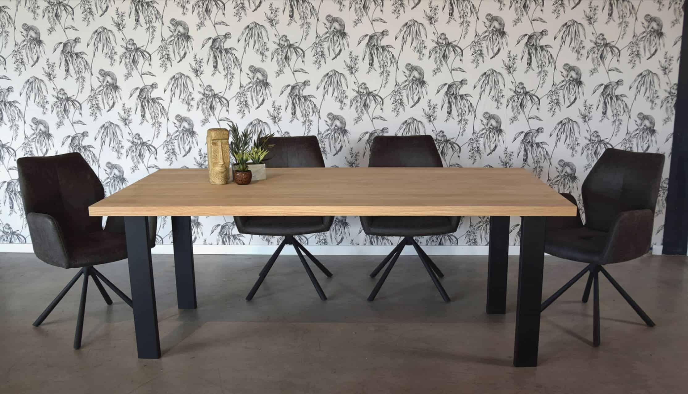 Rustiek eiken tafel, afwerking: matte lak