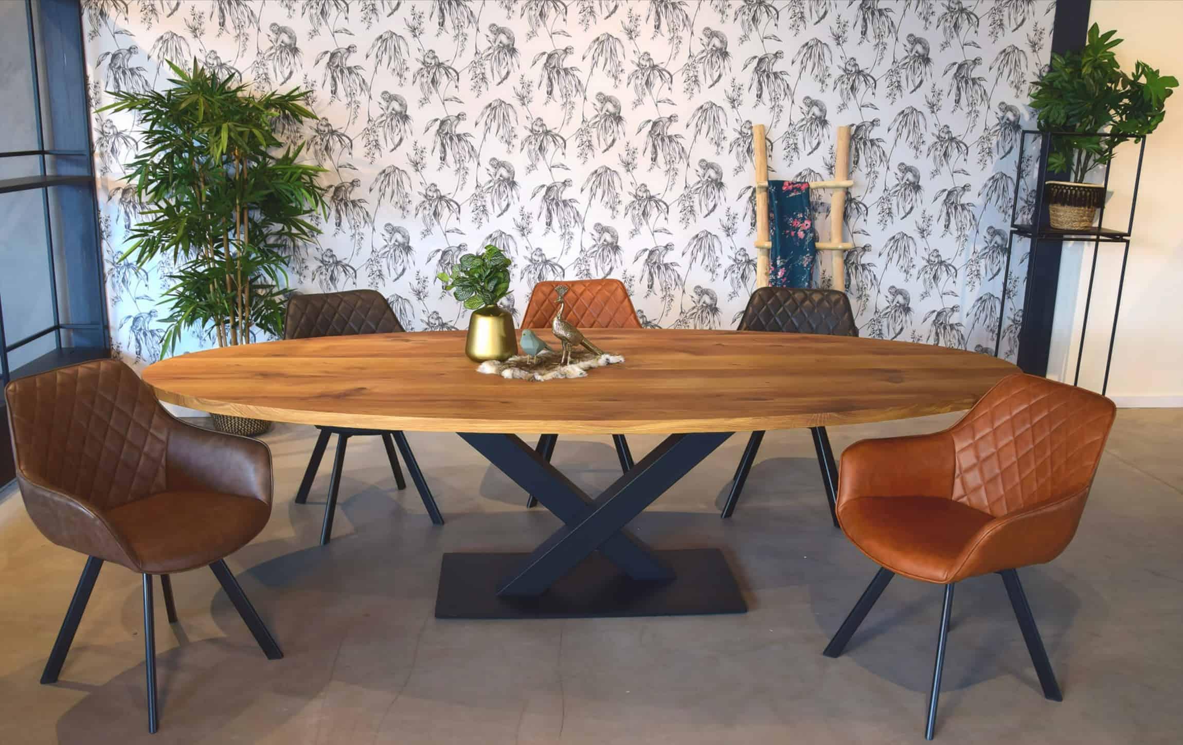 Rustiek eiken ovale tafel met stalen V-poot op plaat.